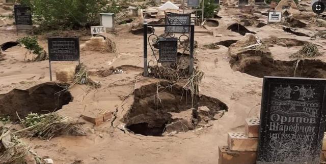 Разрушенное стихией кладбище в Канибадаме