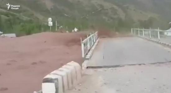 В результате селевого потока в Сангворе разрушен мост и подтоплены дома. ВИДЕО