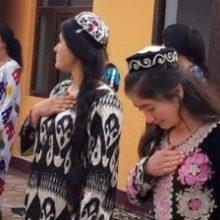 Соцсети возмущены: в Таджикистане школьницы вышли встречать чиновника в летней одежде. ФОТО