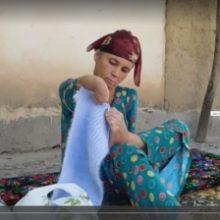 «Рук нет, вышиваю ногами». Жительница Восе с инвалидностью нашла способ заработка. ВИДЕО