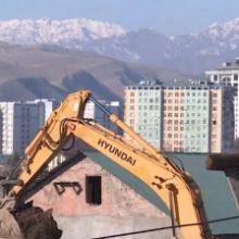 «Стены потрескались, крыши покосились». Жители махалли в Душанбе жалуются на застройщика