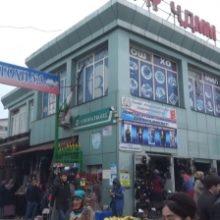 Сотрудники таджикской милиции снимают отпечатки пальцев у торговцев рынка «Корвон»