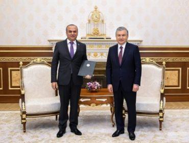 Шавкат Мирзиёев наградил Содика Имоми почетной грамотой